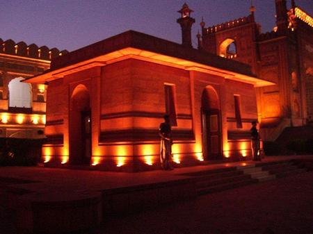 آرامگاه  علامه اقبال لاهوری بین مسجد بادشاهی و قلعه لاهور .