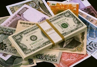 این صرافیها در طول روز متناسب با نوسان قیمتی در بازار آزاد، خرید و فروش دلار و یورو را با قیمتهای مختلفی انجام میدهند.