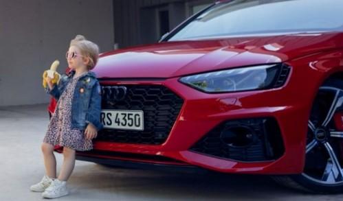 آگهی جدید آئودی با تصویر دختر بچهای در حال خوردن موز در کنار خودروی اسپورت در رسانههای اجتماعی جنجال آفرین شد/ عکس: AudiOfficial/Twitter